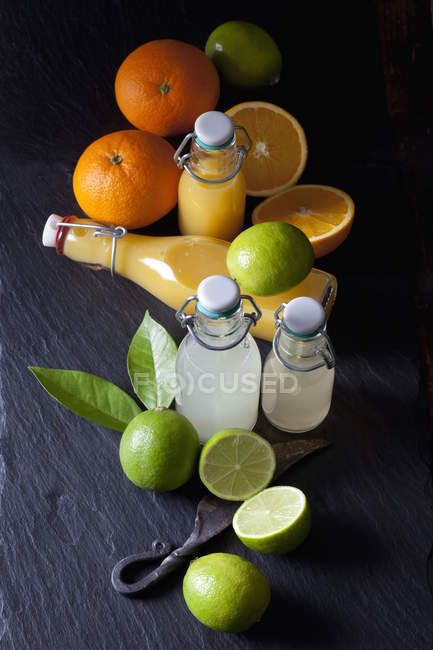 Jus de lime et d'orange fraîchement pressé dans une balançoire — Photo de stock