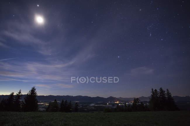 Німеччина, Баварія, Альґеу, Ауерберг вночі. — стокове фото