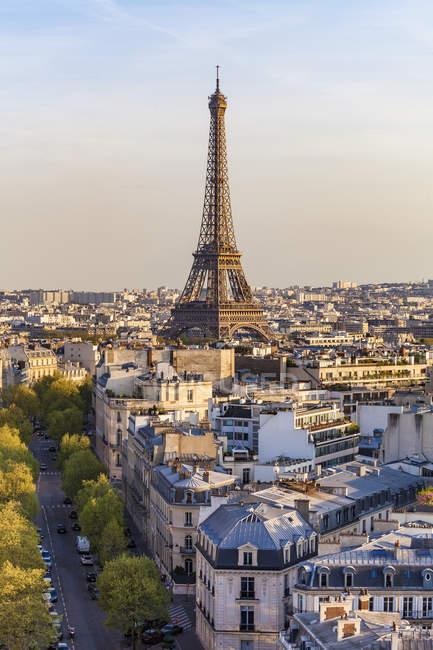 Франція, Париж, міський пейзаж з Ейфелеву вежу і житлові будівлі — стокове фото