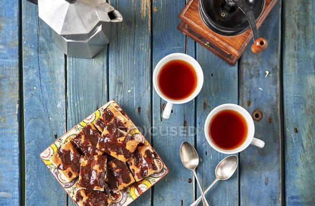 Bolo de chocolate caseiro e dois copos do chá — Fotografia de Stock