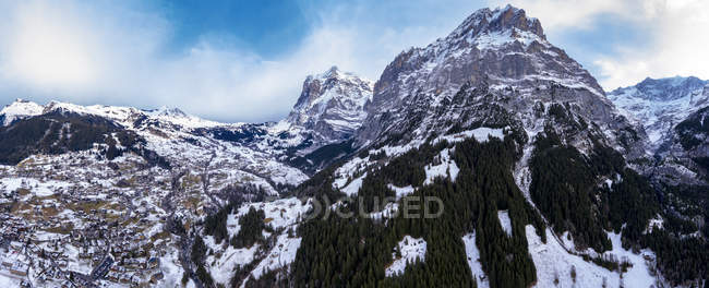 Switzerland, Canton of Bern, Grindelwald, townscape in winter, Wetterhorn and Mittelhorn — Stock Photo