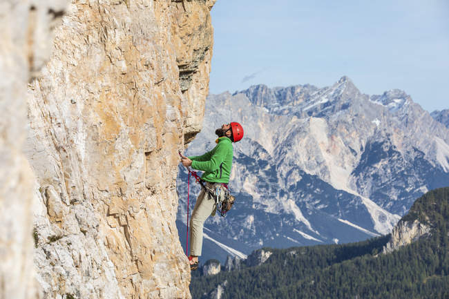 Italy, Cortina d'Ampezzo, man climbing in the Dolomites mountains — стоковое фото