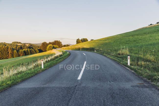 Австрія, порожня дорога в сільській місцевості — стокове фото