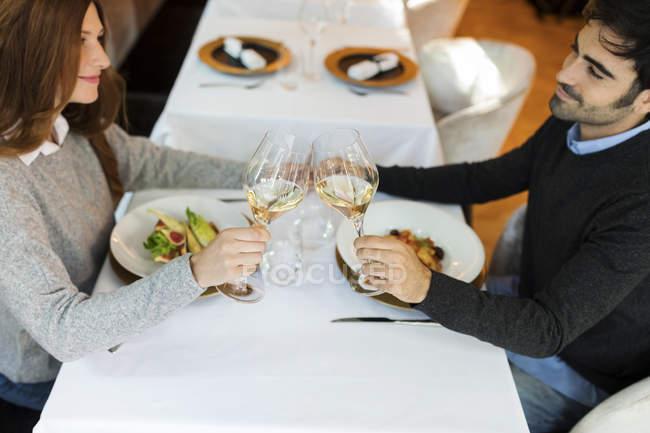 Усміхнена пара келихи для вина в ресторані — стокове фото