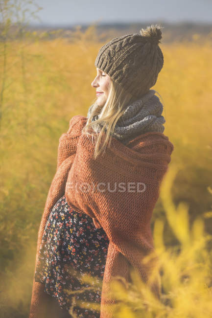Lächelnde Schwangere mit geschlossenen Augen genießt die Sonne — Stockfoto
