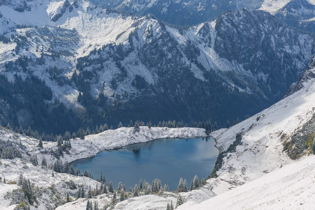 Alemanha, Baviera, Allgaeu, Alpes de Allgaeu, vista de Zeigersattel a Seealpsee no inverno — Fotografia de Stock