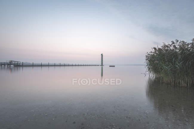 Германия, Sachsen-Anhalt, Bitterfeld, Lake Goitzsche, Gauge Tower — стоковое фото