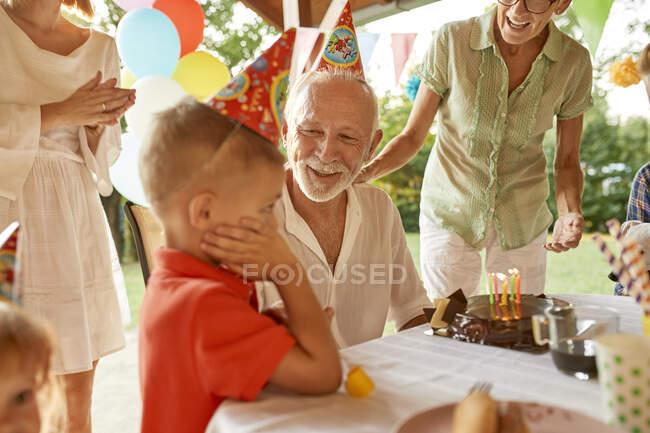 Счастливая расширенная семья на дне рождения сада — стоковое фото