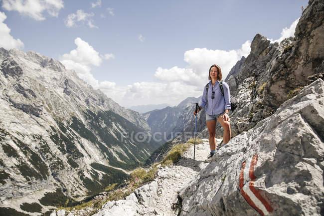 Австрия, Тироль, счастливая женщина во время похода в горы — стоковое фото