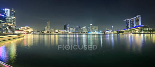 Singapore, vista ao Skyline em a noite — Fotografia de Stock