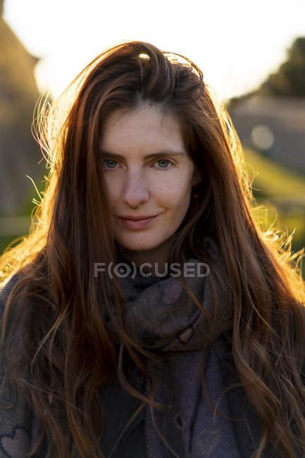 Portrait de jeune femme souriante avec piercing du nez en automne — Photo de stock
