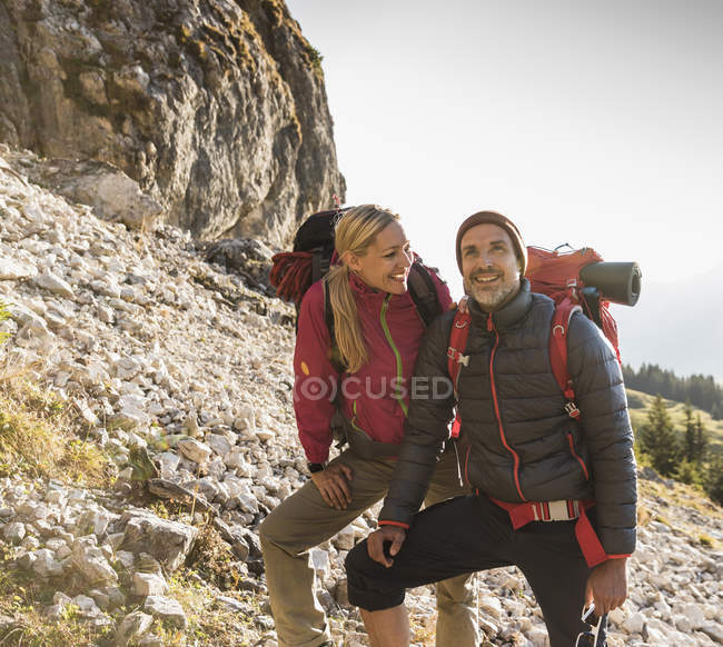 Hiking couple admiring beautiful nature — Stock Photo