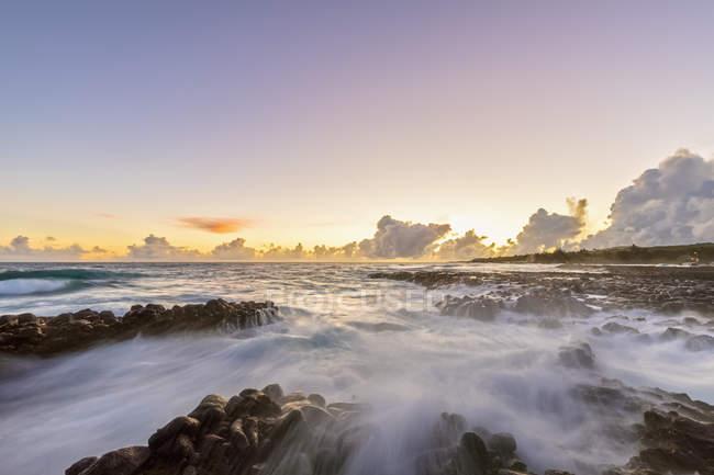 Stati Uniti, Hawaii, Kauai, Oceano Pacifico, Costa Sud, Kukuiula Bay al tramonto — Foto stock