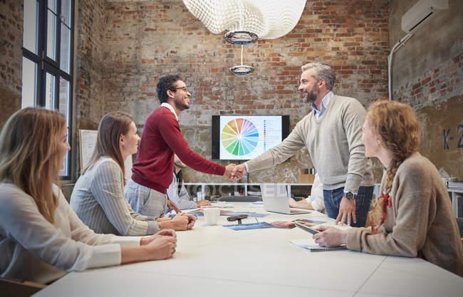 Kollegen grüßen bei einer Präsentation im Büro — Stockfoto