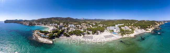 España, Islas Baleares, Mallorca, Región De Calvia, Costa de la Calma, Peguera, Vista aérea de la playa con hoteles, panorama - foto de stock