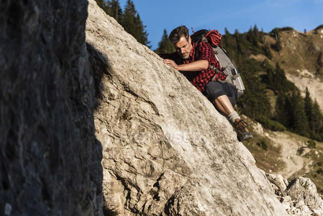 Man mountain hiking in rocky terrain — Stock Photo