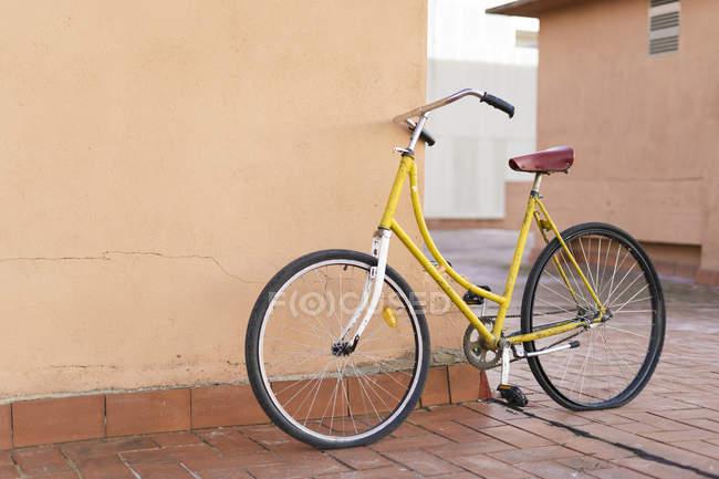 Велосипед її до стіни будинку — стокове фото
