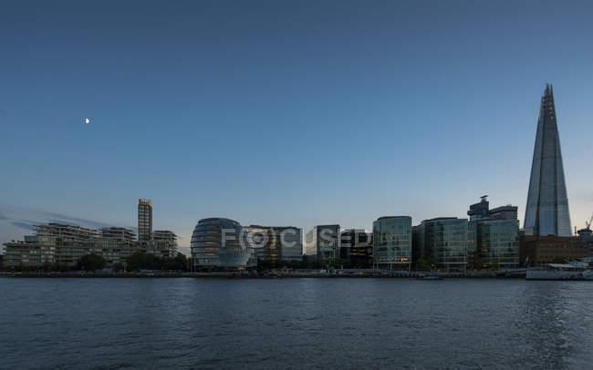 Gran Bretagna, Inghilterra, Londra, Tamigi con Municipio e Lo Shard all'ora blu — Foto stock