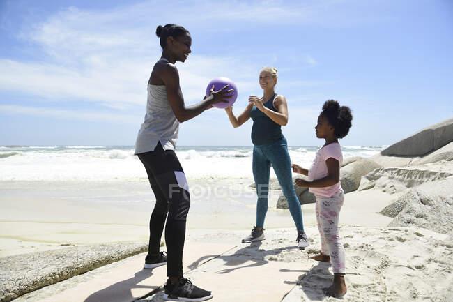 Мать с дочерью и другом на пляже — стоковое фото