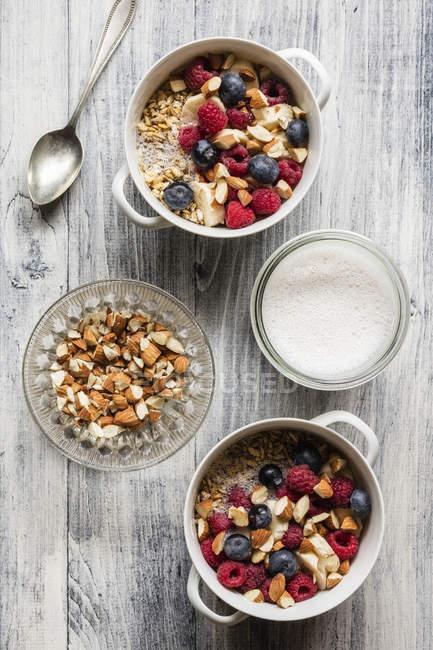 Хлопья с миндальным молоком, орехами и ягодами, веганские — стоковое фото