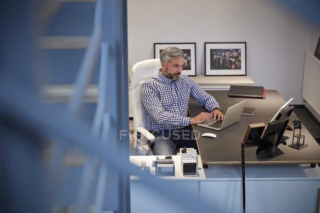 Empresarios que trabajan en el ordenador portátil - foto de stock