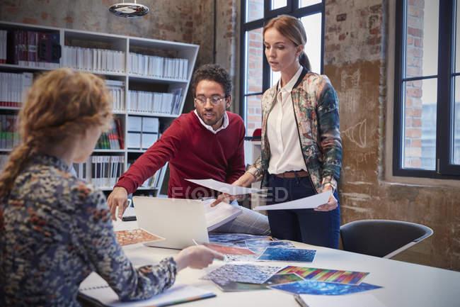Брейншторм на встрече в творческом офисе — стоковое фото