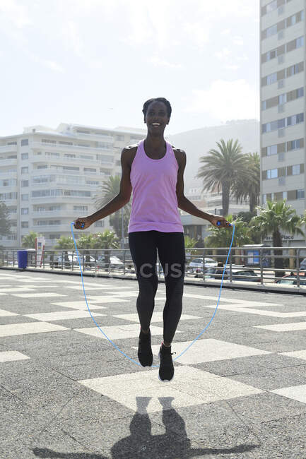 Mulher esportiva pulando corda ao ar livre — Fotografia de Stock