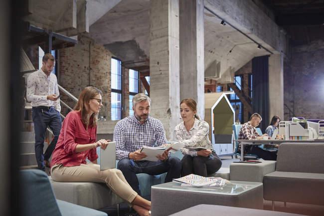 Gli uomini d'affari hanno un incontro informale nella buca della comunicazione — Foto stock