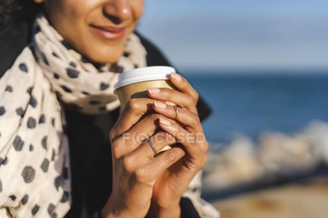 Frauenhände mit Coffee to go, Nahaufnahme — Stockfoto