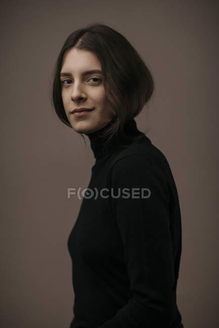 Retrato de una hermosa mujer morena, sonriente - foto de stock