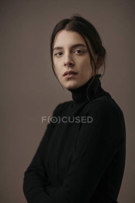 Ritratto di una bella donna dai capelli scuri — Foto stock