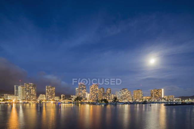 Usa, Hawái, Oahu, Honolulu y Ala Wai Boat Harbor a la hora azul - foto de stock
