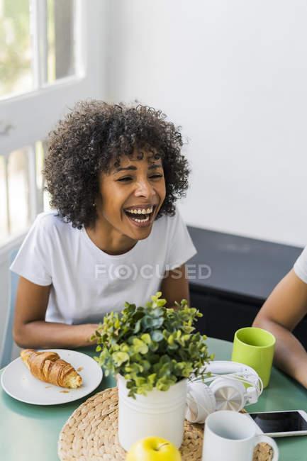 Portrait de femme heureuse à la maison prenant un café avec ses amis — Photo de stock