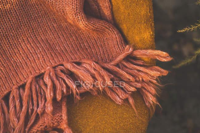 Cobertor na cadeira alaranjada ao ar livre — Fotografia de Stock