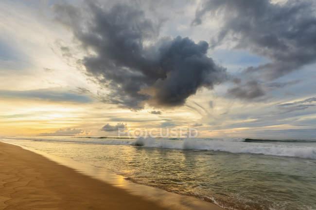Estados Unidos, Hawai, Kauai, Polihale State Park, Polihale Beach al atardecer - foto de stock