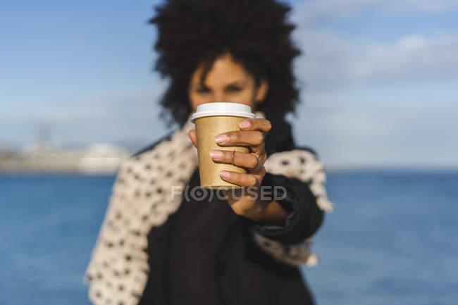 Die Hand der Frau hält Coffee to go, Nahaufnahme — Stockfoto
