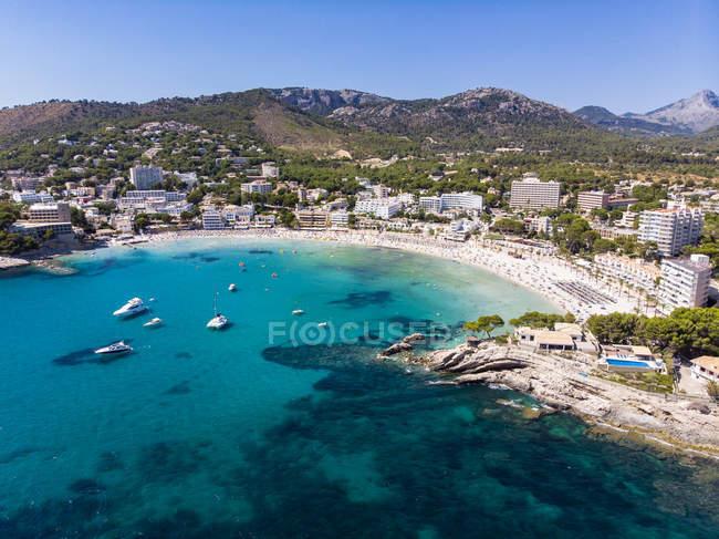 Spagna, Isole Baleari, Maiorca, Regione Calvia, Costa de la Calma, Peguera, Veduta aerea della spiaggia con hotel — Foto stock