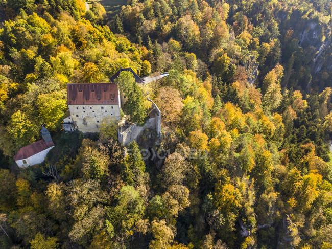 Германия, Бавария, Франконская Швейцария, Замок Рабенштайн в Ахорнтале осенью — стоковое фото