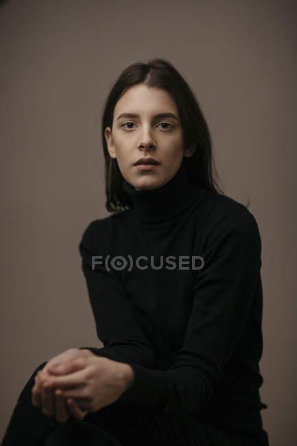 Retrato de uma bela mulher de cabelos escuros — Fotografia de Stock