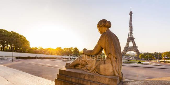 Francia, Parigi, Torre Eiffel con statua a Place du Trocadero — Foto stock