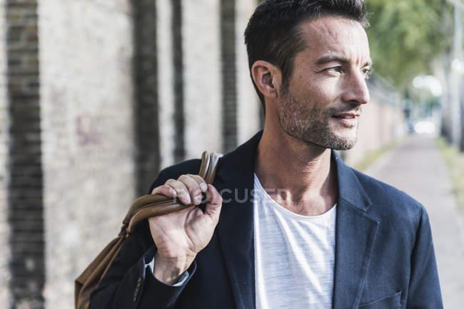 Portrait d'un beau homme dans la ville — Photo de stock