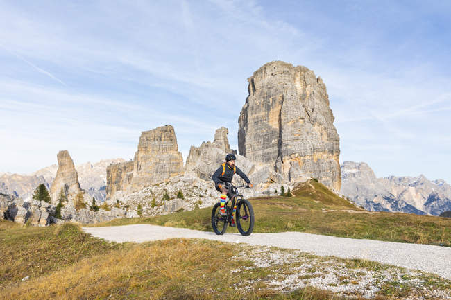 Italy, Cortina d 'Ampezzo, man cycling with mountain bike in the Dolomites mountains — стоковое фото