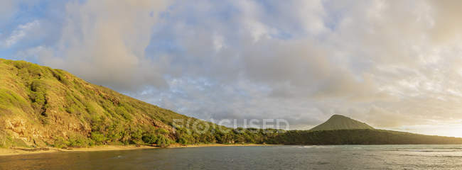 EUA, Havaí, Oahu, Baía de Hanauma, cratera vulcânica morta e cratera Koko — Fotografia de Stock