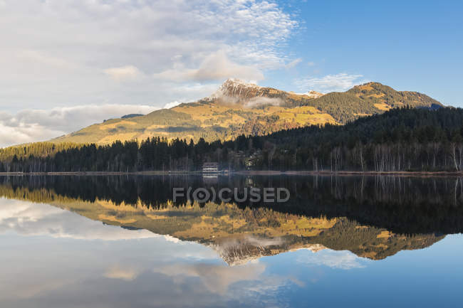 Austria, Tyrol, Kitzbuehel, Kitzbuehel Alps, Schwarzsee and Kitzbueheler Horn — Stock Photo