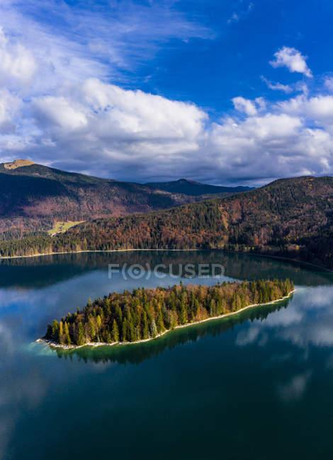 Germania, Alta Baviera, Lago Walchen, Veduta aerea dell'isola di Sassau — Foto stock