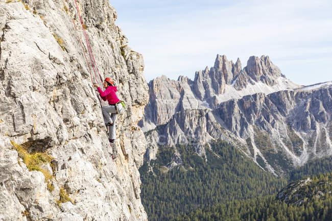 Італія, Кортіна д'Ампеццо, жінки сходження на Доломітові Альпи — стокове фото