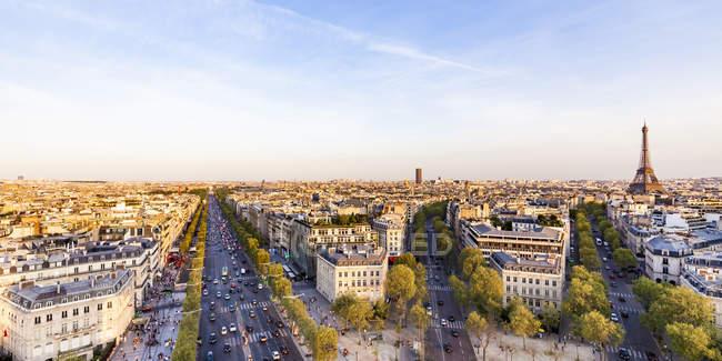 Франция, Париж, городской пейзаж с площади Шарль-де-Голль, Эйфелева башня и Авеню Елисейских полей — стоковое фото