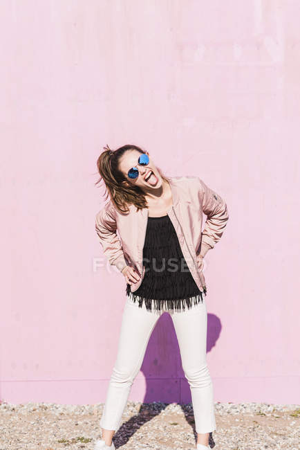 Esuberante giovane donna urla davanti al muro rosa — Foto stock
