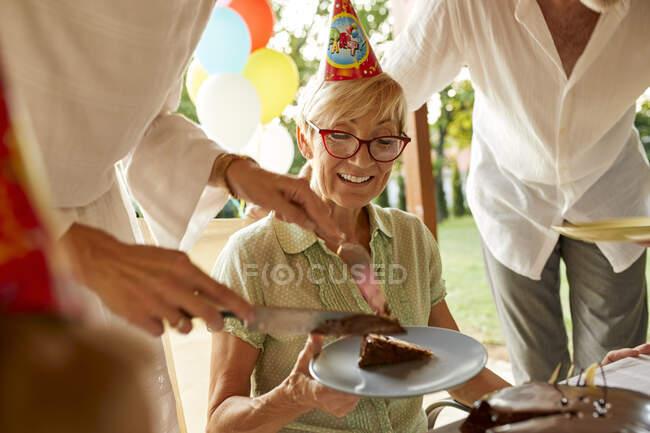 Подача торта на день рождения — стоковое фото