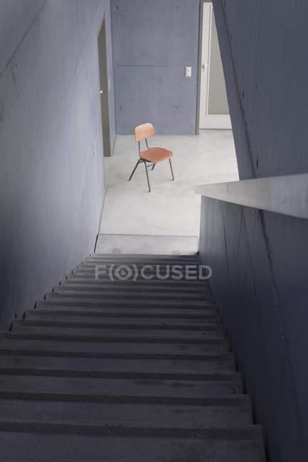 Деревянный стул на лестнице — стоковое фото